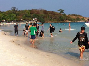 Locals enjoyings the Hat Sai Kaeo beach, Ko Samet