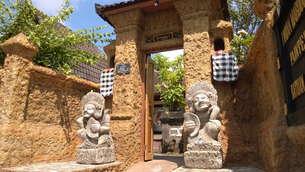 I Wayan Mardiana painter house gate
