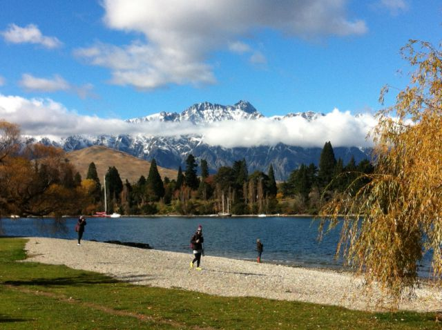 Queenstown walk, lakeside park
