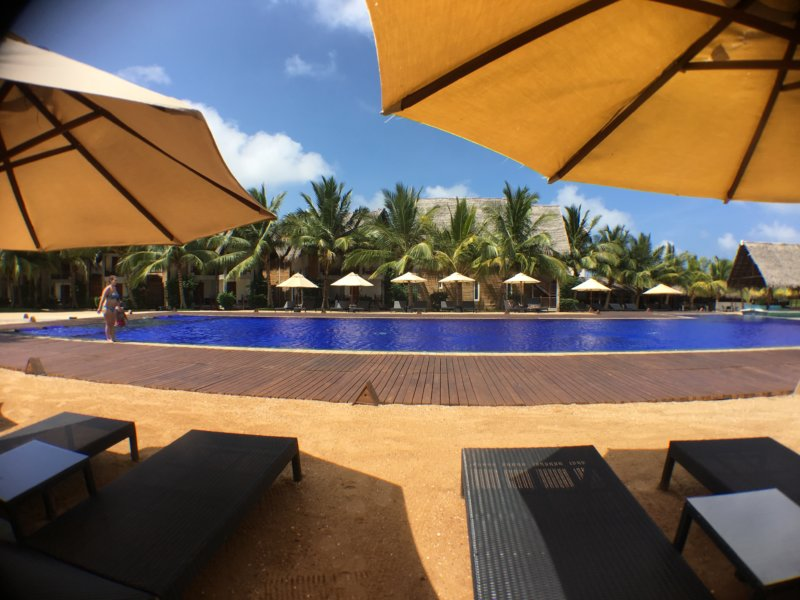 Maalu Maalu Resort pool area